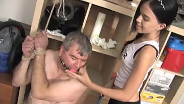 Classic video : 18yr old dominates old man foot slave